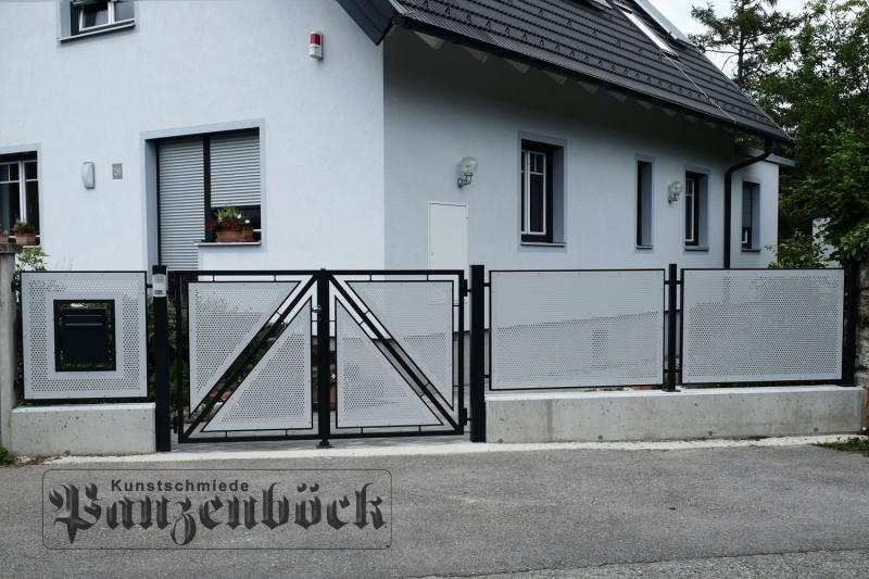 Lochblechzaun